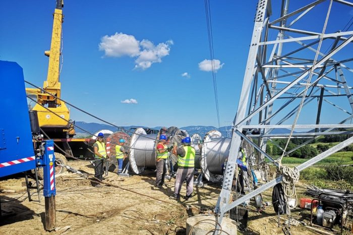 Transelectrica: Completion of the 400 kV ring in Western Romania takes shape: the installation of cables on the new high voltage line Portile de Fier - Anina has started
